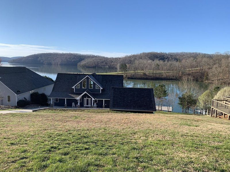 Spacious home with 2 level boat dock w/slide, fire pit, excellent lake access., vacation rental in La Follette