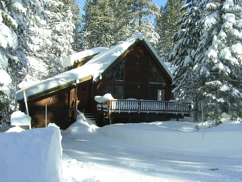 Quaint Cabin Close to Ski Resorts and Donner Lake *** Affordable Rates ***, holiday rental in Truckee
