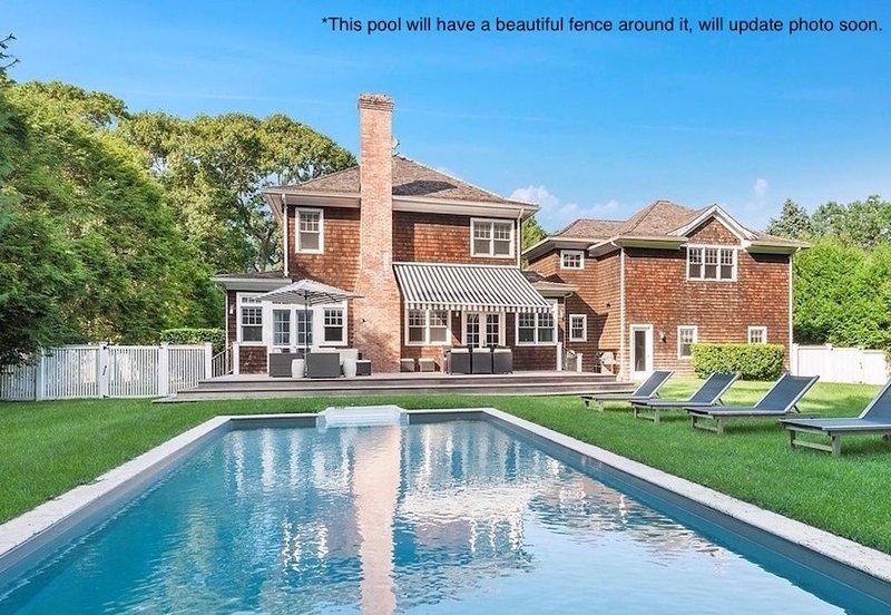 Newly renovated 5 + beach house by the bay w/ pool, ideal for family gathering, aluguéis de temporada em Springs