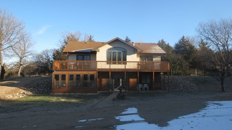 Beautiful house located within 1/4 mile of the Missouri River, casa vacanza a Geddes