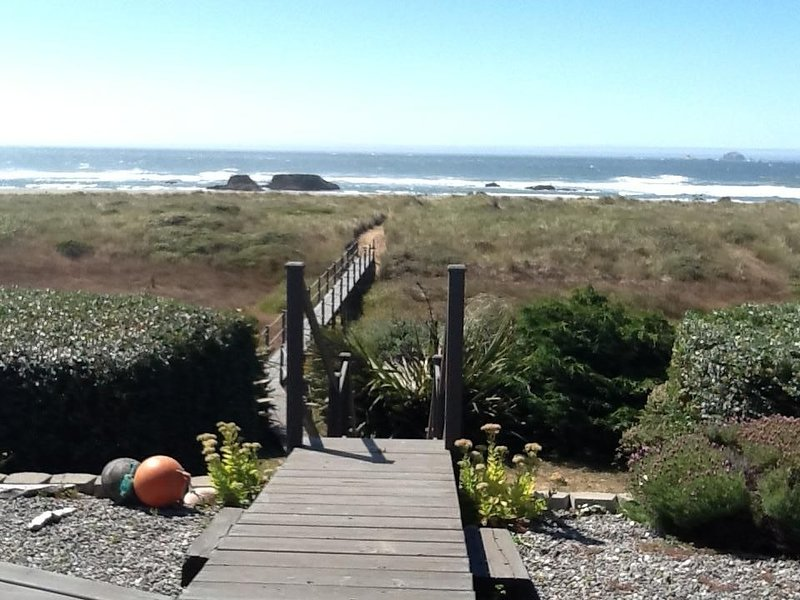 Limited space. BOOK EARLY this SUPERB Beachfront w/PRIVATE BRIDGE to SANDY BEACH, vacation rental in Ophir