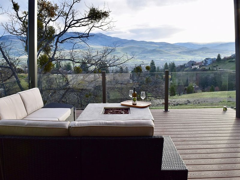 Brand New Custom Ashland Home with Fantastic Mountain Views, alquiler vacacional en Ashland