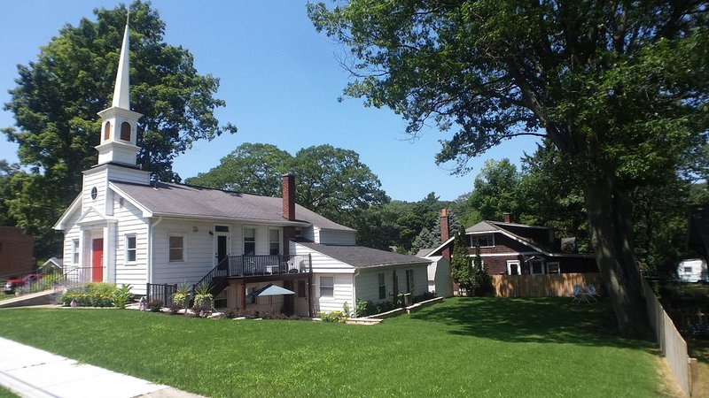 Fantastic for a family/group - walking distance to the best beach in Michigan!, holiday rental in Muskegon County