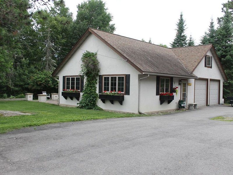 Clean and Comfortable Year Round Cottage on Beautiful Lake Vermilion, holiday rental in Cook