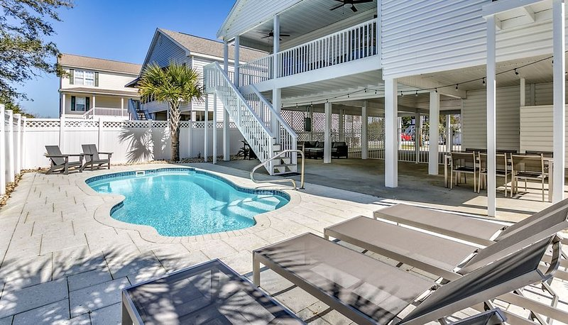 Cherry Grove/North Myrtle Beach Luxury Vacation Home, Private Pool, Pet Friendly, vacation rental in North Myrtle Beach