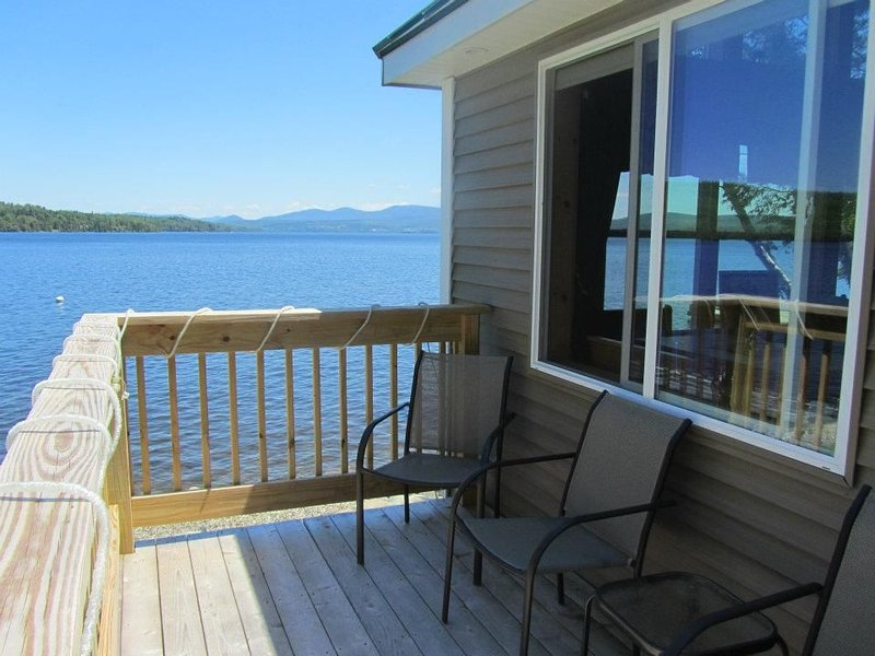 Beautiful Like New Lake Front Yr Round Cottage-Magnificent Views/5ft from LK, aluguéis de temporada em Rangeley