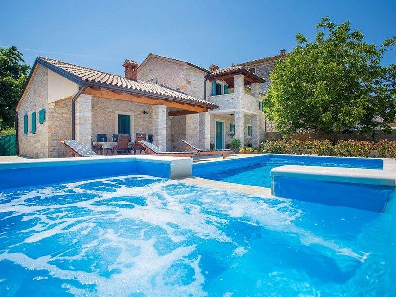 Bellissima villa in un piccolo e tranquillo villaggio, ma a pochi minuti di dist, location de vacances à Sveti Lovrec