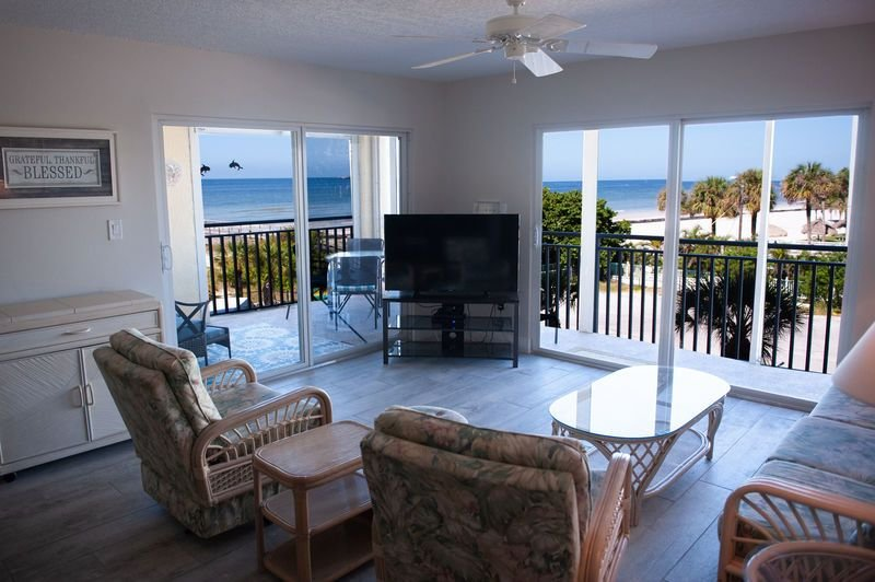 CDC APPROVED: Total Renovations as Stunning as the Sunset View! 206, alquiler de vacaciones en Redington Shores