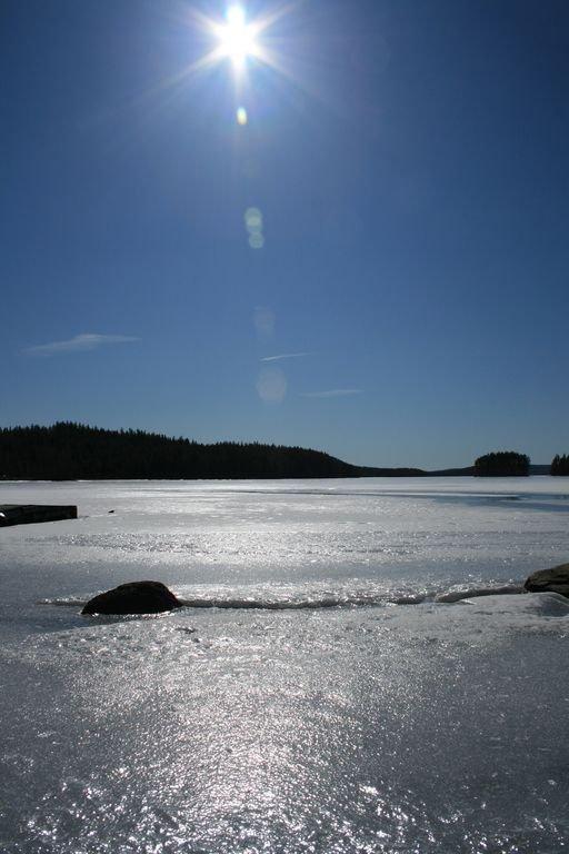 Gloriosa vista de invierno del lago congelado! Aventuras de invierno en el país de las maravillas