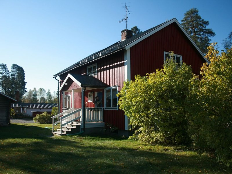 Traditional Swedish forest cottages by a lake on Varmland-Dalarna border sauna, casa vacanza a Uddeholm