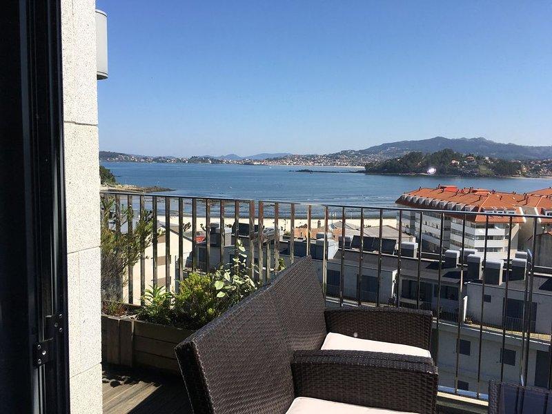 Baiona. Precioso ático a 200 metros de la playa con + 2 terrazas + piscina., holiday rental in Viladesuso