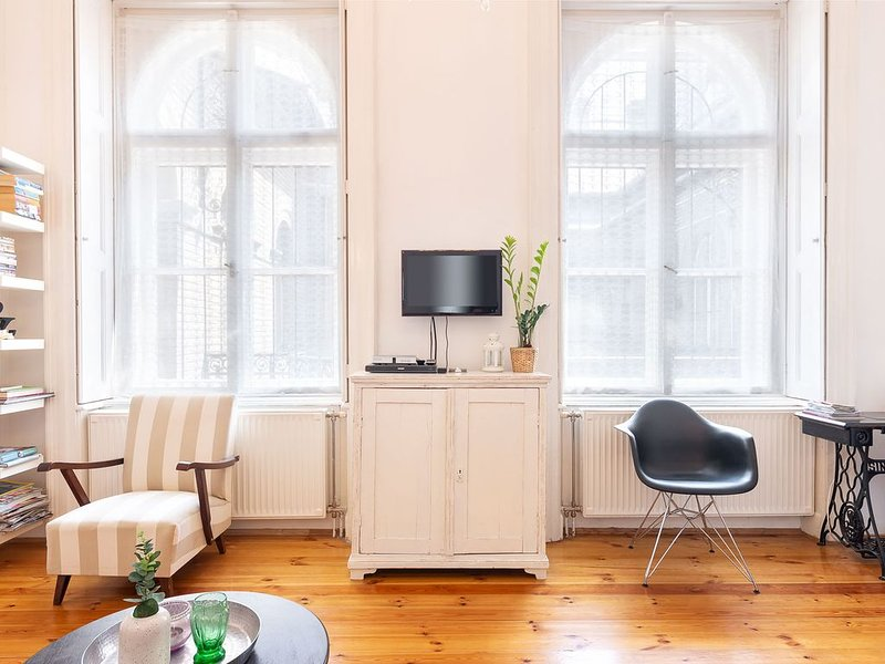Stylish apartment in the hart of the city 2-5 people 2 bedroom living room, vacation rental in Budapest