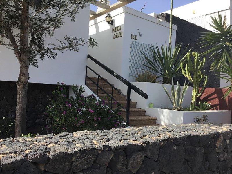 Casa Rioja. Fabulous 3 Bed 2 Bath villa in quiet location with sea views., location de vacances à Yaiza
