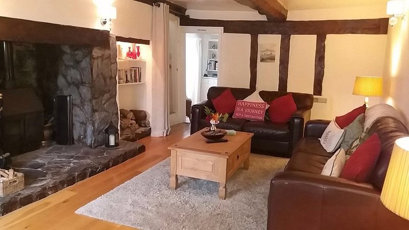 Quantock Cottage, Stogursey- 400 year old spacious and quirky cottage, location de vacances à Nether Stowey