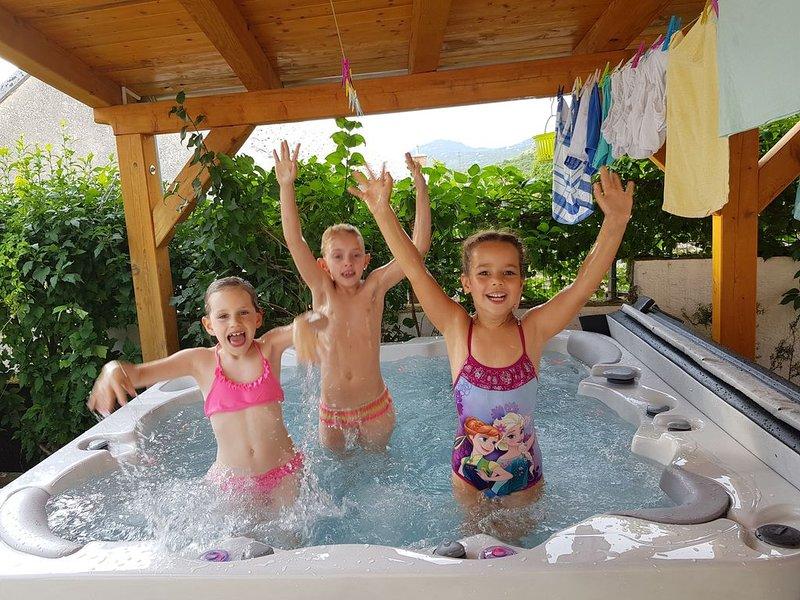 Casa Matea, Ferienhaus für11, Jacuzzi, Souna und Schwimmbecken, nahe dem Meer, holiday rental in Praputnjak