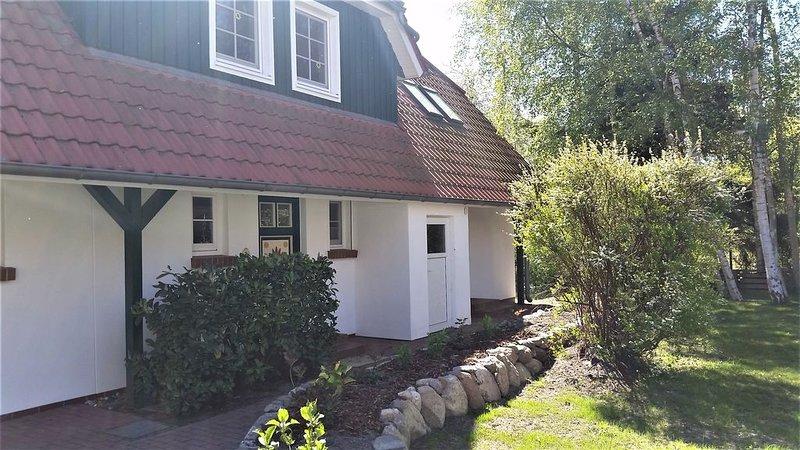 komfortable Ferienhaushälfte für max. 6 Personen, Sauna, WLAN, Terrasse, holiday rental in Ostseebad Prerow