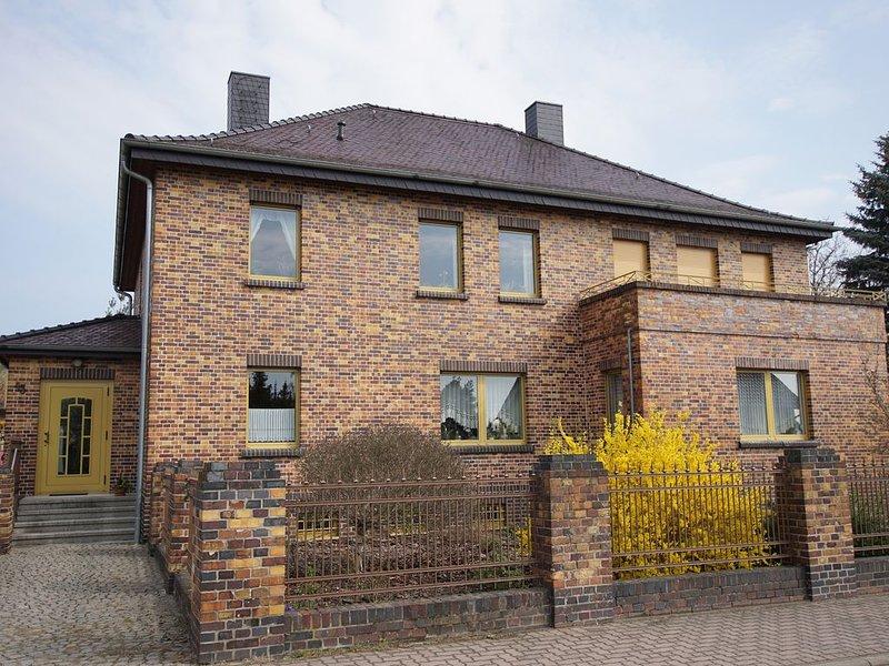Ferienwohnung mit Kamin in großzügigem Haus mit Hof und Garten, aluguéis de temporada em Dessau