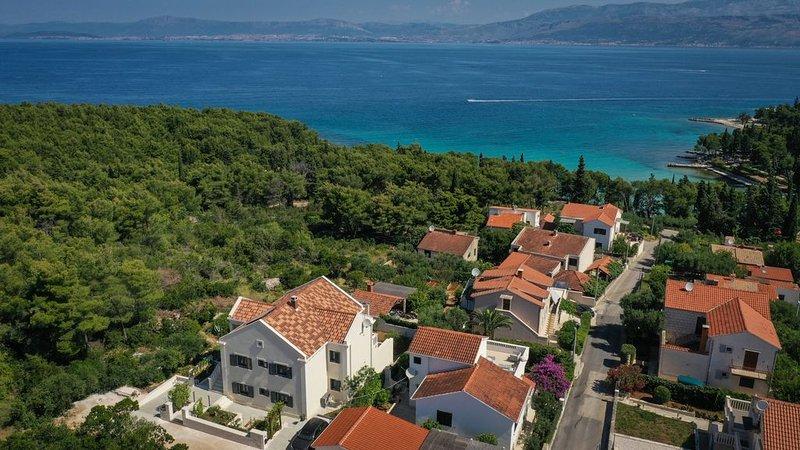 Villa mit Meerblick, Top Ausstattung und nur wenige Schritte bis zum Strand, alquiler de vacaciones en Sumpetar