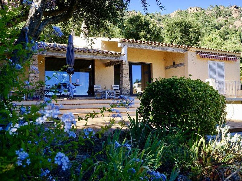 Magnifique villa vue mer, au calme, piscine, jardin, terrasses, 450M de la plage, vacation rental in Agay