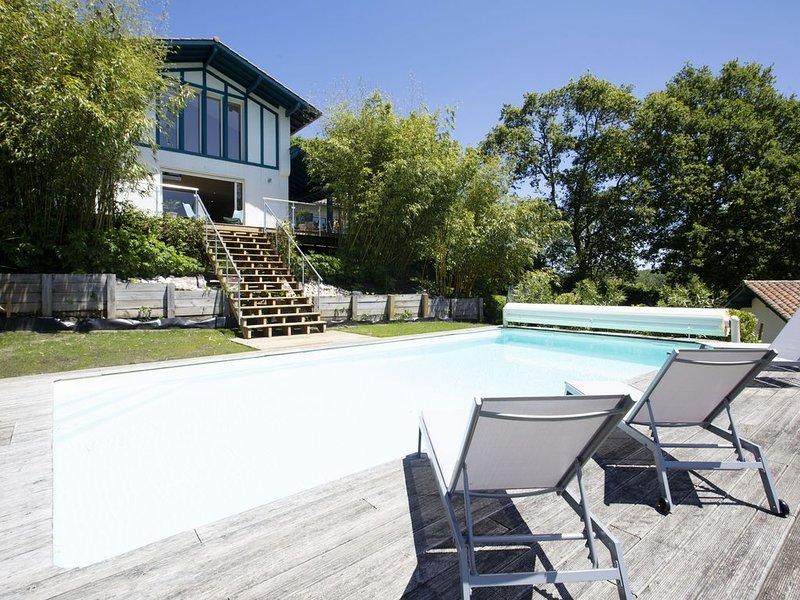 Maison basque moderne à Arcangues : piscine, jardin, calme & vue montagnes, holiday rental in Arcangues