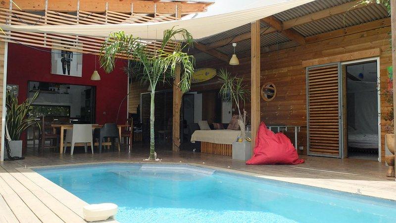 Villa d'architecte moderne et ouverte sur la piscine et le jardin luxuriant, casa vacanza a Bois d'Olives