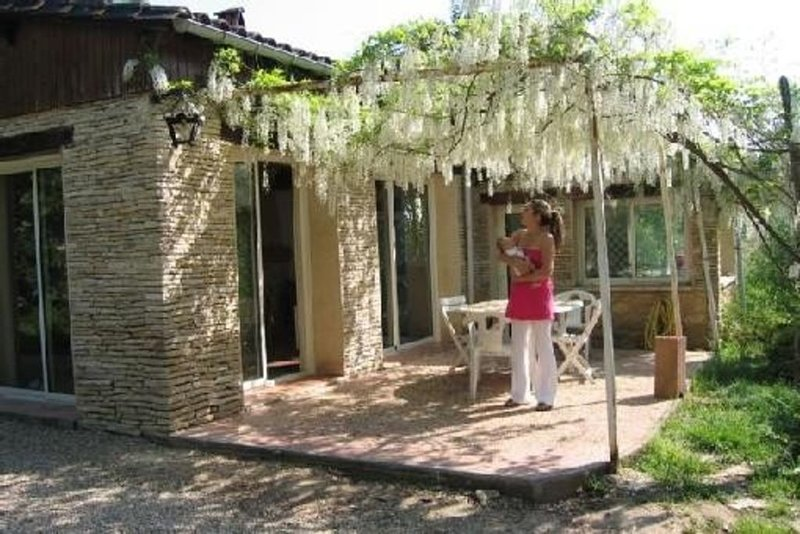 Jolie maison lalinde entourée de nature, de ruisseaux, et vue sur la rivière, holiday rental in Pontours
