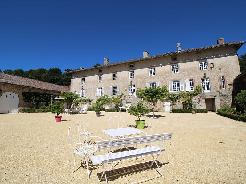 Domaine du Vignau, Gîte de charme et de tradition, location de vacances à Saint-Leger-la-Montagne