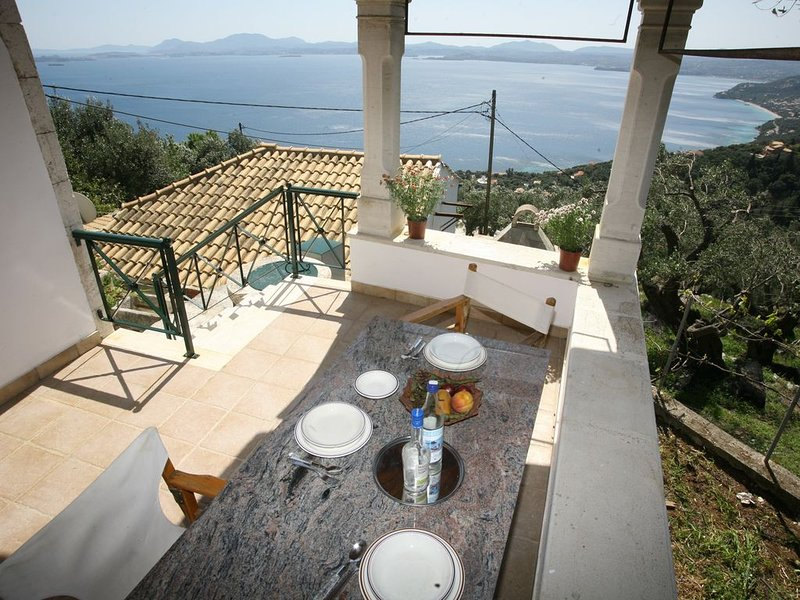Maison traditionnelle, vue magnifique sur la mer et la ville, holiday rental in Peritheia