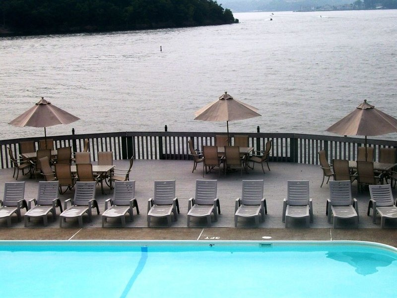 Condo, 2 Bedrooms and 2 Full Bathrooms Free Wi-Fi  Boat slip too, holiday rental in Four Seasons