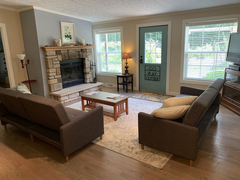 Creekside Cottage-  30 Acres with Pool, Farm, Woods, Trails, River, near Beach!, alquiler de vacaciones en New Buffalo
