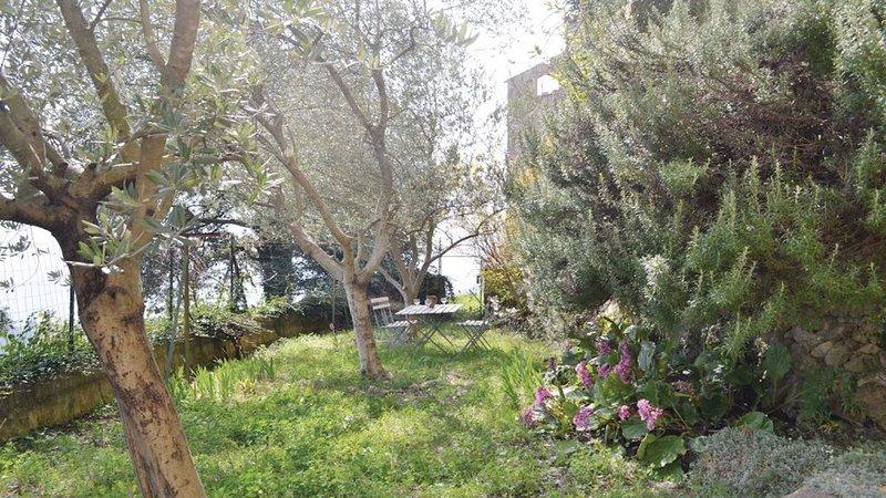 50km of Nice, family friendly house in car-free village,chimney, garden,Wifi, casa vacanza a Bairols