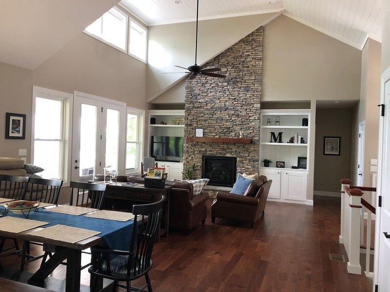New Modern Lake View Home - Gorgeous Decks, Gorgeous Views!, vacation rental in La Follette