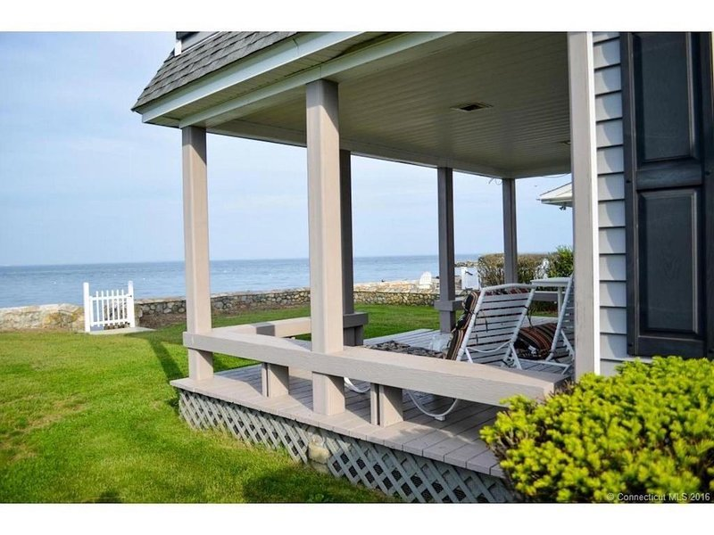 NEW LISTING -GORGEOUS WATERFRONT HOUSE in Black Point Beach, vacation rental in Niantic
