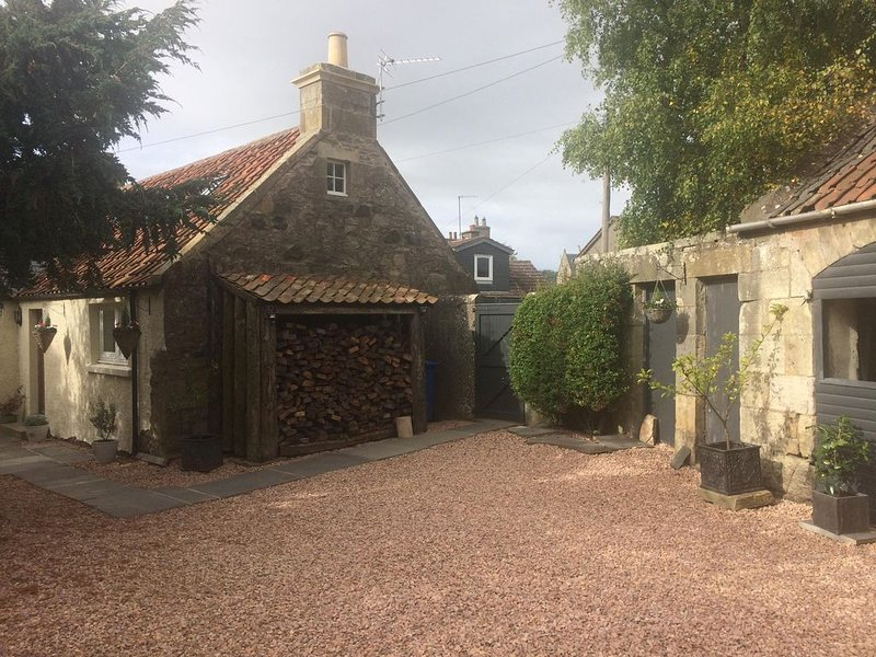Carters Cottage is a 200 year old fully refurbished stone built weavers cottage., holiday rental in Letham