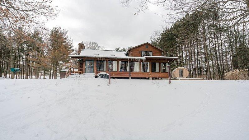 """Vista de la cabaña de invierno (""""La Comarca"""" a la derecha Sauna para 6 personas)"""