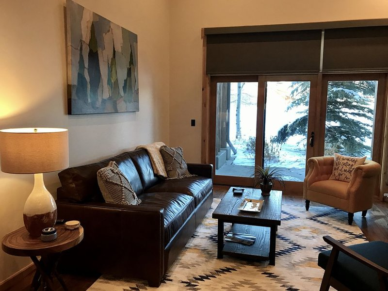 Luxury Condominium with Large Patio, Mountain Views, and Resort Amenity Access, holiday rental in Swan Valley