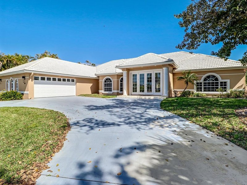 Large Waterfront Vacation Home in Marco Island Estates, holiday rental in Everglades City