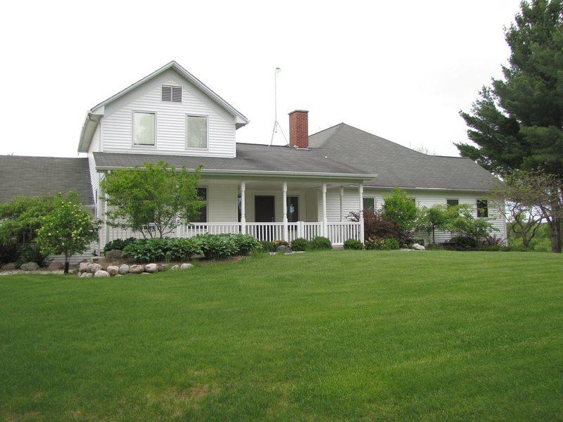 Spacious 3 bedroom 4 bathroom home near the manistee national forest, holiday rental in LeRoy
