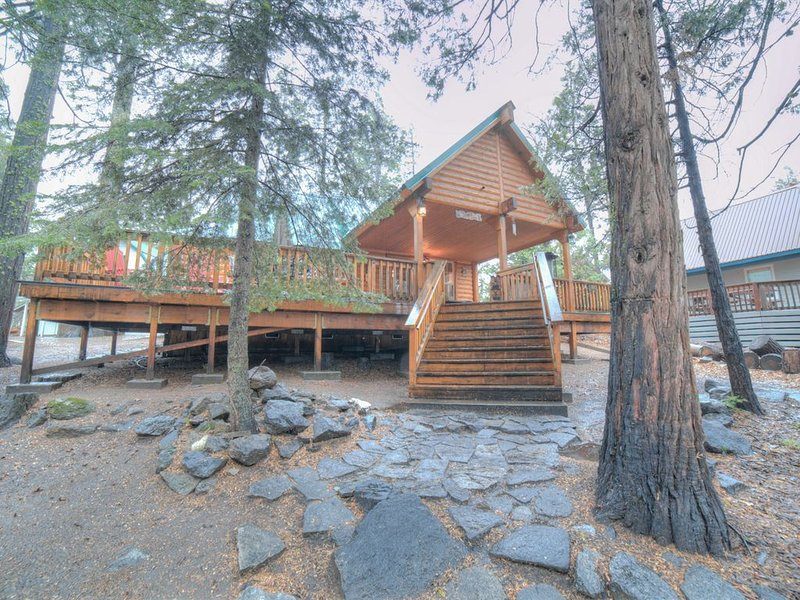 Super Cozy, Totally Remodeled West Village Cabin with WiFi/Satellite & Huge Deck, alquiler de vacaciones en Shaver Lake