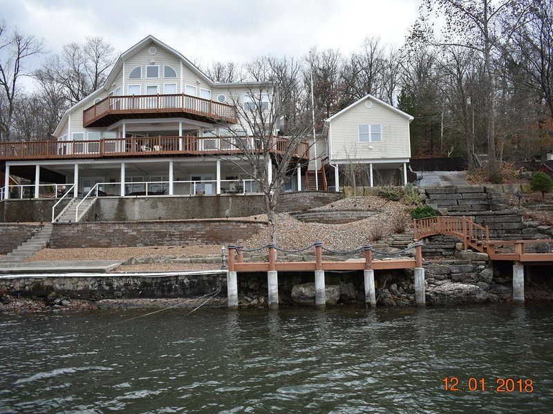 Beautiful Lake Front Property, Amazing Views and a HUGE Private Dock!!!, holiday rental in Stover
