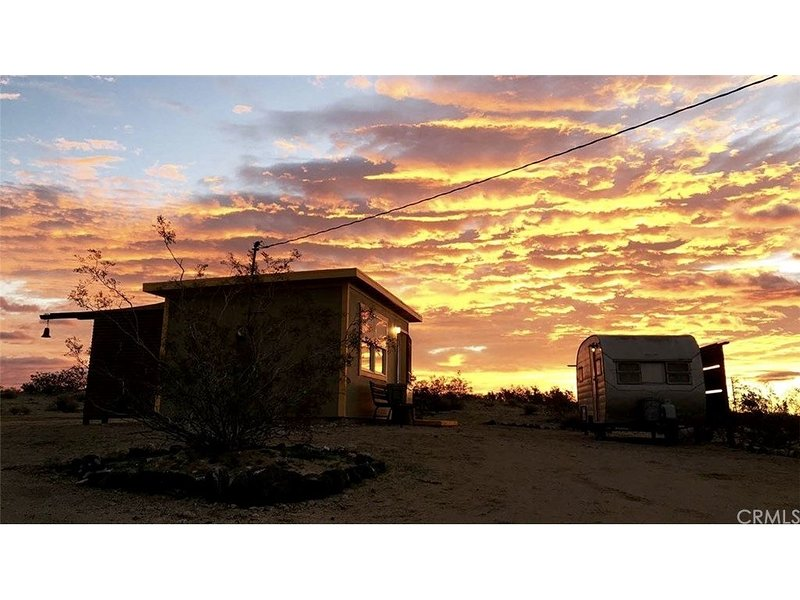 Homestead Cabin with Views for Miles ~ 20 miles on 3 sides. WiFi, Grill, Joy., holiday rental in Landers