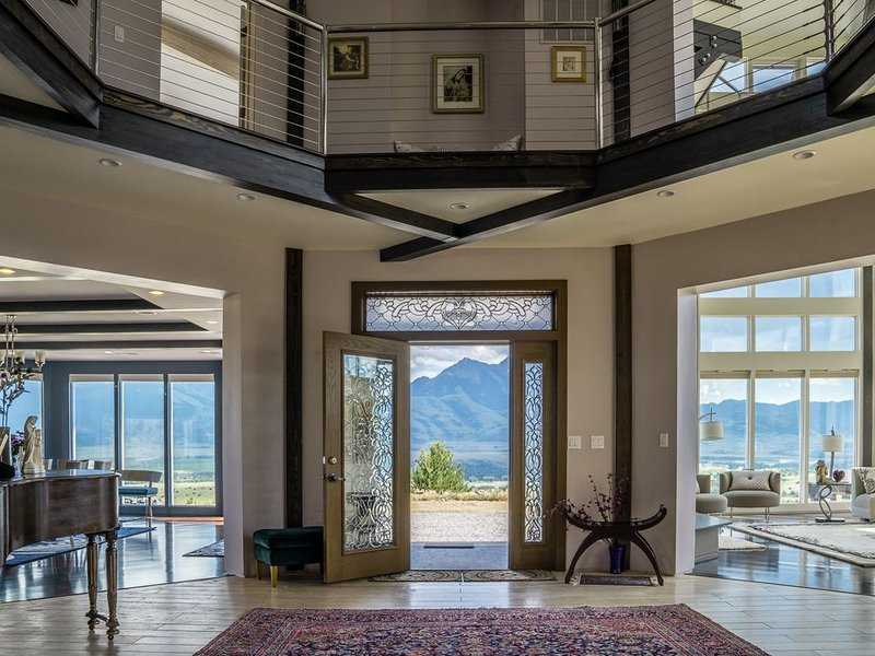 The Octagon House With Panoramic Majestic Mountain Views, location de vacances à Émigrant