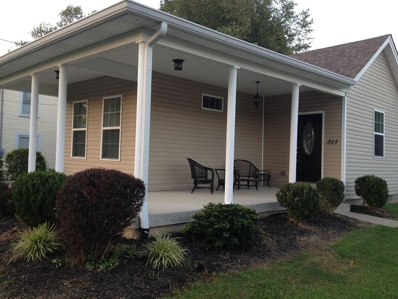 Cozy Cottage 2 bdrm w/ wrap porch, 1 mile to xway, shops and entertainment, holiday rental in Middletown