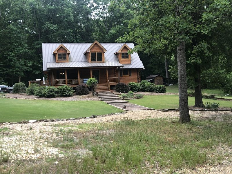 Log Cabin Home in the woods/ UGA games/Events/Weddings- NEW LISTING!!, holiday rental in Good Hope