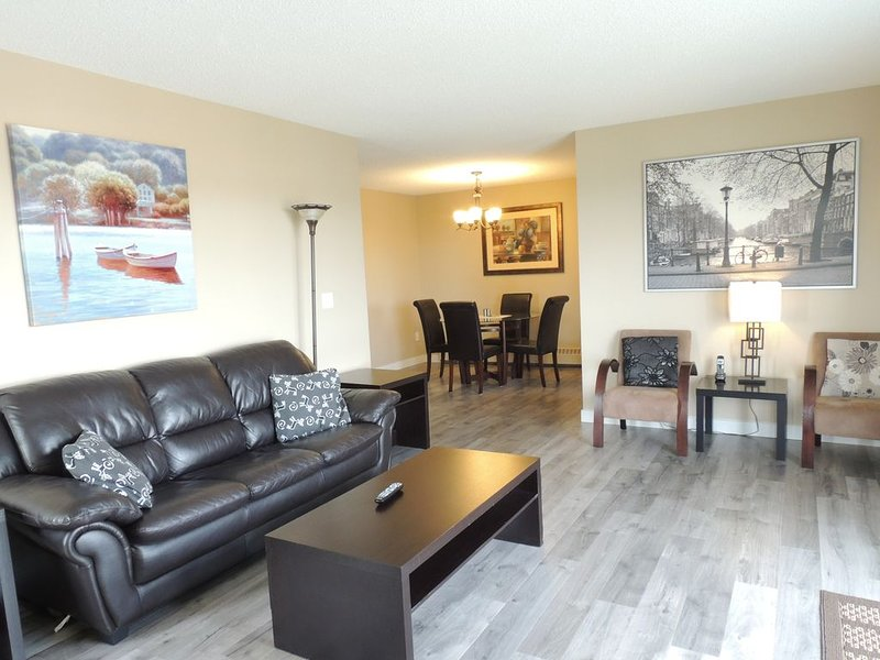 Beautiful 2BR/2Bath Corner Unit Between Airport & Downtown, alquiler de vacaciones en Airdrie
