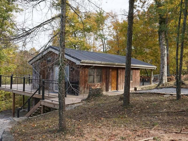 Rustic Cabin - Year Round Lake View, vacation rental in Monticello