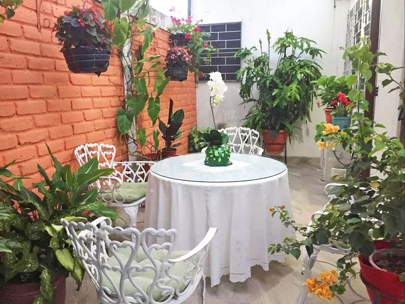 Beautiful & Spacious Terrace Room w/a Garden, holiday rental in Santa Tecla