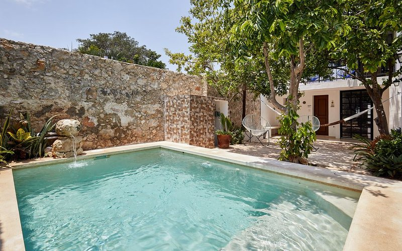 Downtown heart magazine restored with pool, garage, AC and top quality bedding, location de vacances à Merida