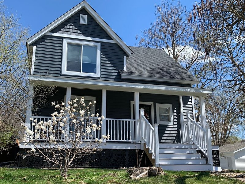 New Whole House Listing - Great view & Downtown Rochester location!, casa vacanza a Eyota
