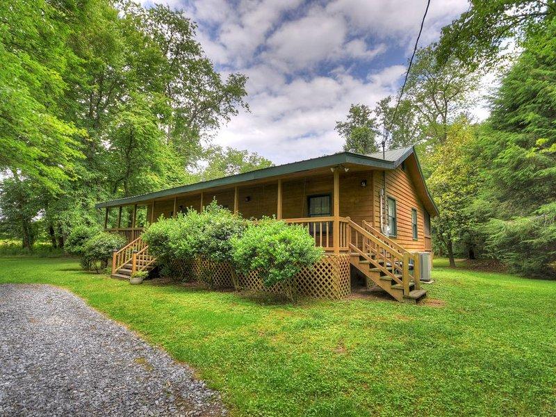 Idyllic 10-acre Creekside Blue Ridge Getaway, alquiler de vacaciones en Mineral Bluff